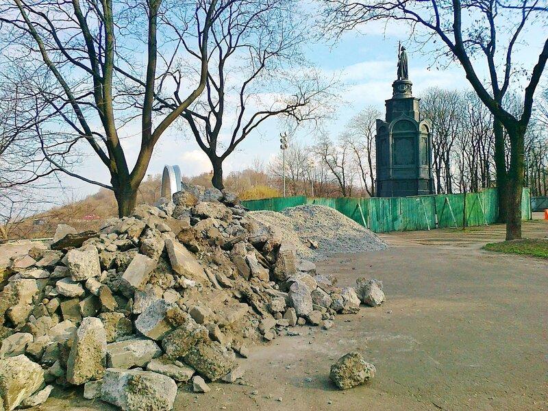 Ремонт у памятника Владимиру Крестителю