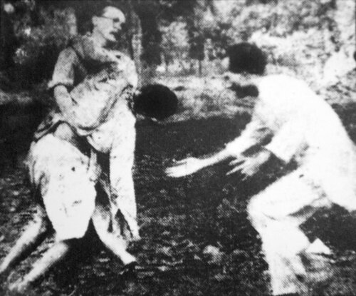 Репортеры спасают участников мирного марша, 1955 В