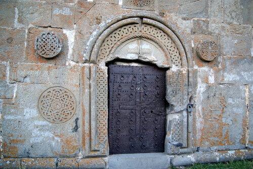 Входная дверь в храм