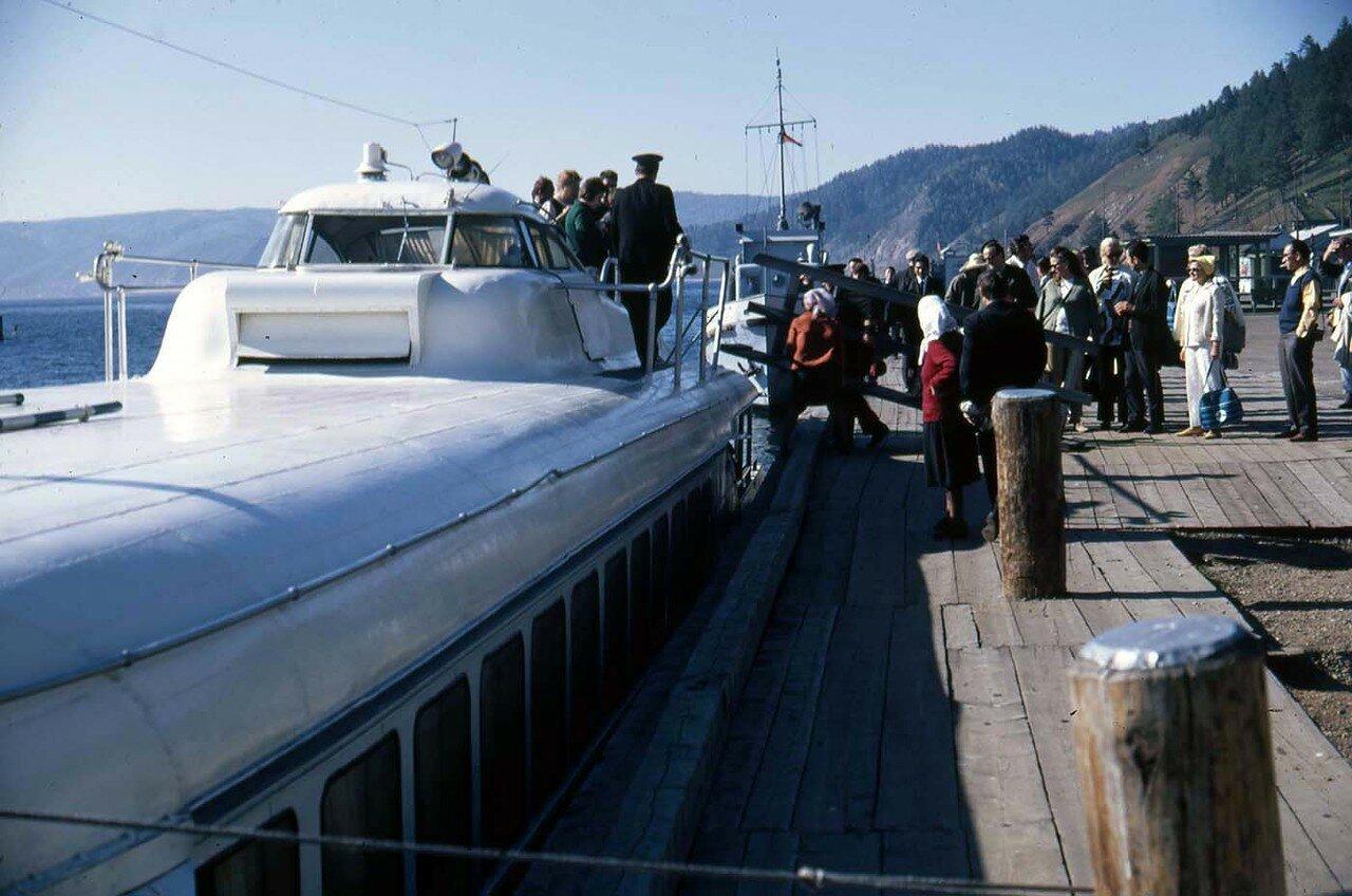 25. Возвращаемся с озера Байкал на судне с подводными крыльями. Оно берет на борт более 100 пассажиров и добирается до города очень быстро, гораздо быстрее, чем автобус