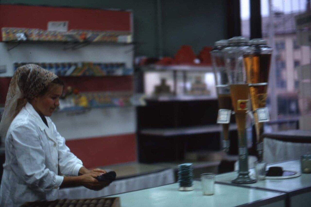 06. Братск.  Колбы с напитками. В одной обычный грушевый сок, в другой сельтерская вода