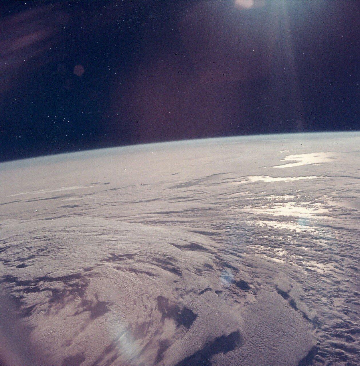 1969. После примерно полутора витков, когда корабль пролетал над Тихим океаном, на 5 минут 47 секунд был включён двигатель третьей ступени. «Аполлон-11» достиг второй космической скоростии перешёл на траекторию полёта к Луне