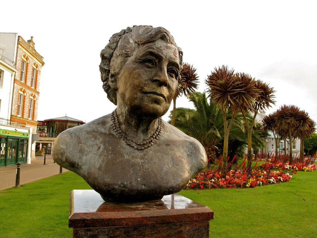 Agatha-Christie-bust.jpg