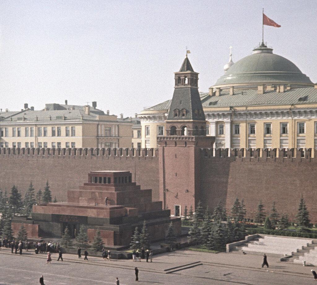 1957 Мавзолей В. И. Ленина и И. В. Сталина на Красной площади у Кремлевской стены в Москве. С. Соларёв.jpg