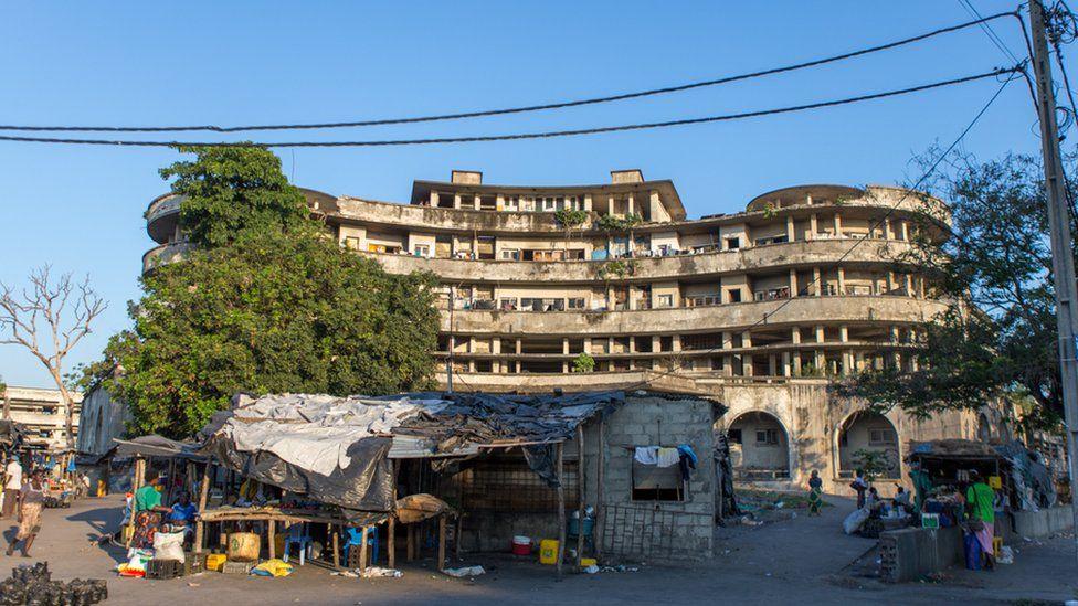Заброшенная гостиница в Мозамбике, в которой живут 3500 человек