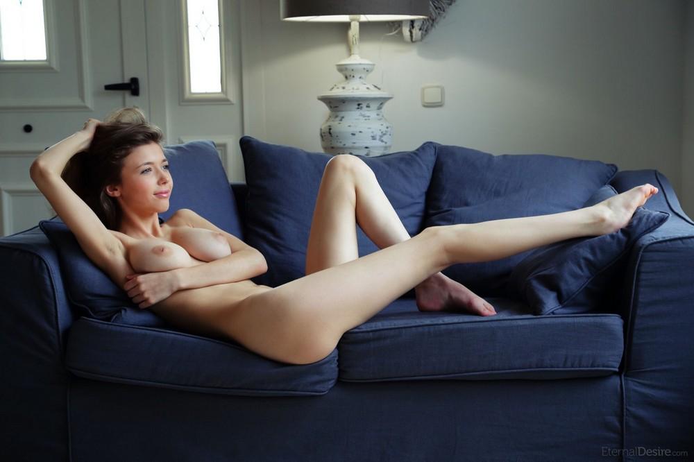 Обнаженная MIla на диване