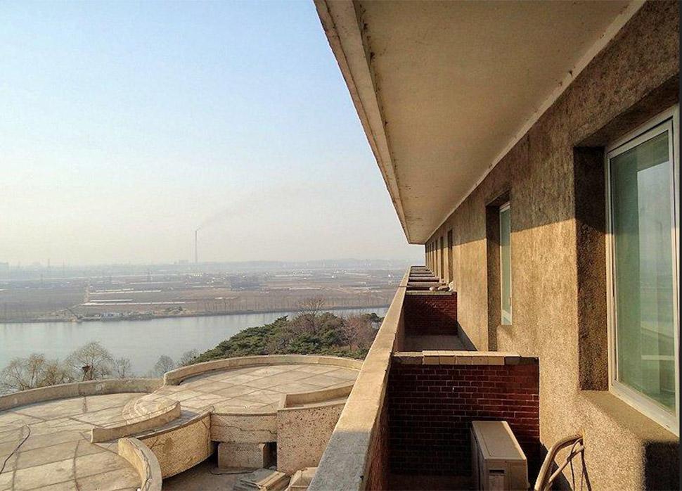 Похоже, в Северной Корее дела с первоклассными гостиницами обстоят не очень. Уже много лет туристы ж