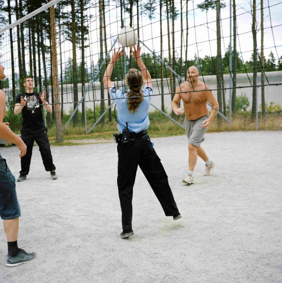 3. Большая часть тюремного персонала – женщины. Они не носят оружие, чтобы не усиливать напряженност