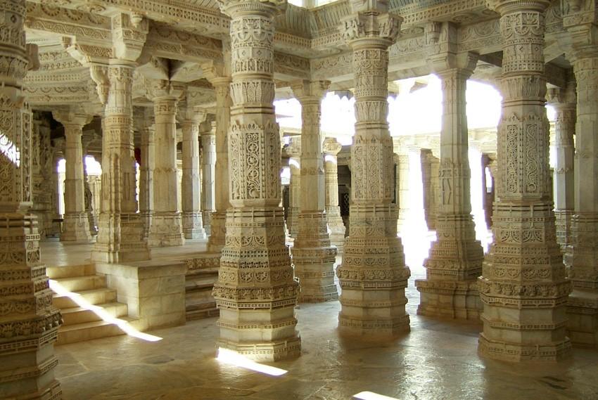 24. Ранакпур, Индия Джайнский храмовый комплекс поддерживают 1444 колонны, при этом среди них нет дв