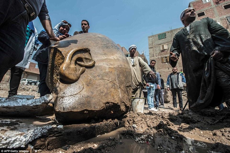 Фрагменты статуи извлекали из воды и грязи с помощью бульдозера.