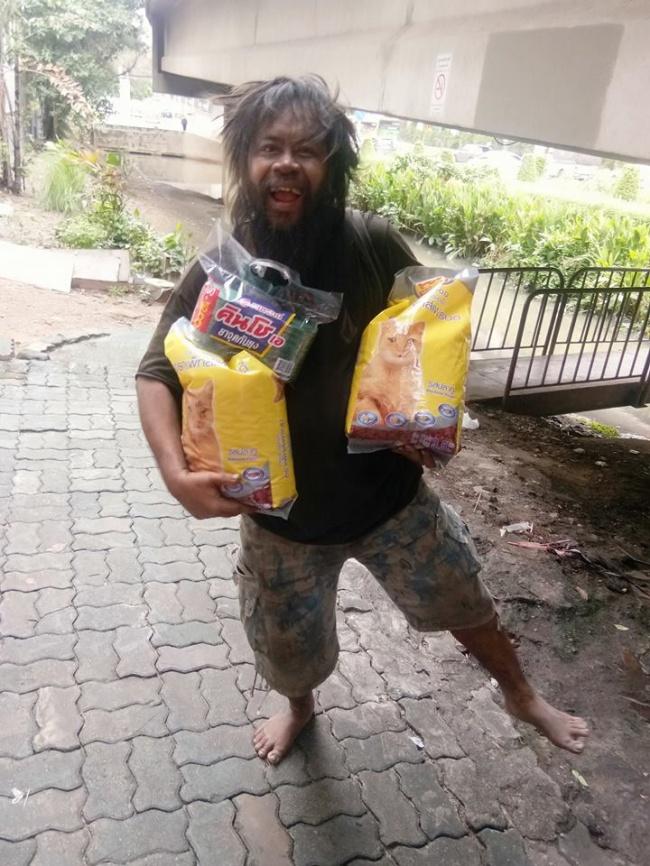 Каждый день онвыходит наулицы Таиланда и продает лаймы , чтобы купить еду для уличных кошек. Мужч