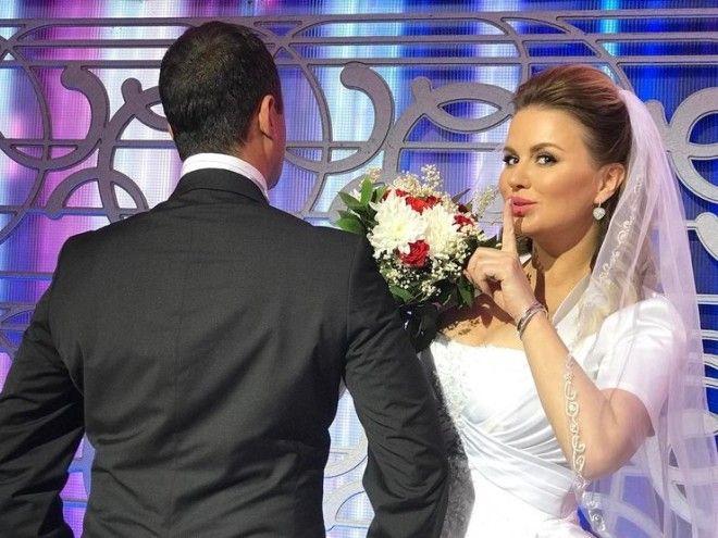 Но, как потом выяснилось, Анна примерила свадебное платье лишь для съемок своего нового клипа.