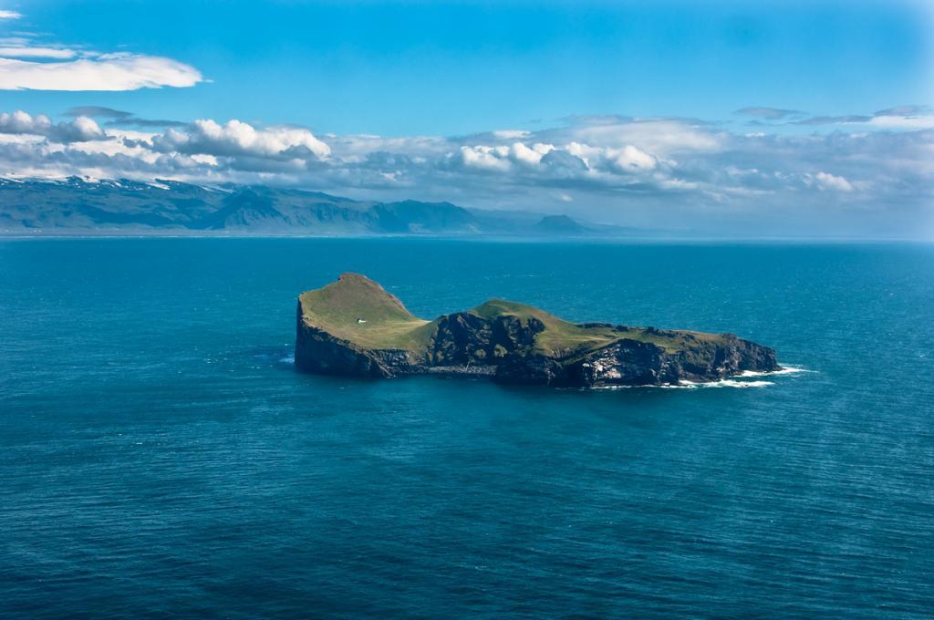 Исландия. Единственное здание острова Бьярнарей, который входит в состав архипелага Вестманнаэйя