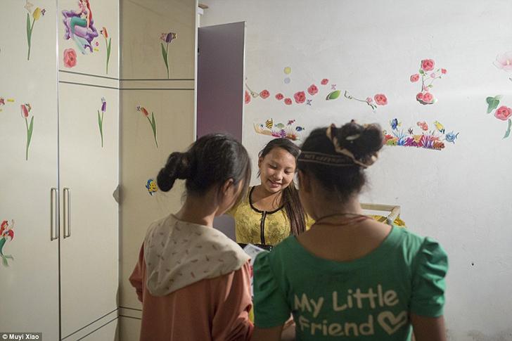 13-летняя Цзе (в желтом) живет в доме родителей Вэня на вершине горы в деревне Танцзыбянь.