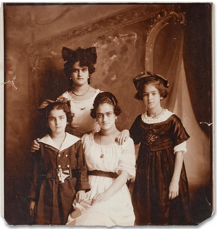 3. Сестры Кало. На данной фотографии Фриде 10 лет.
