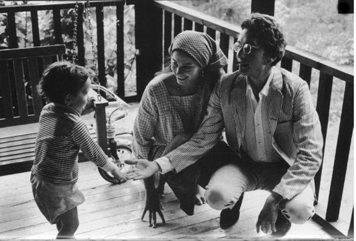У Боба Дилана и его жены Сары четверо детей и еще один усыновленный ребенок. Младший сын Джесси гово