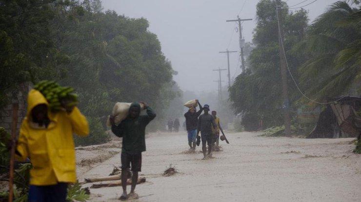 ВСША десятки тыс. человек остались без света из-за надвигающегося урагана