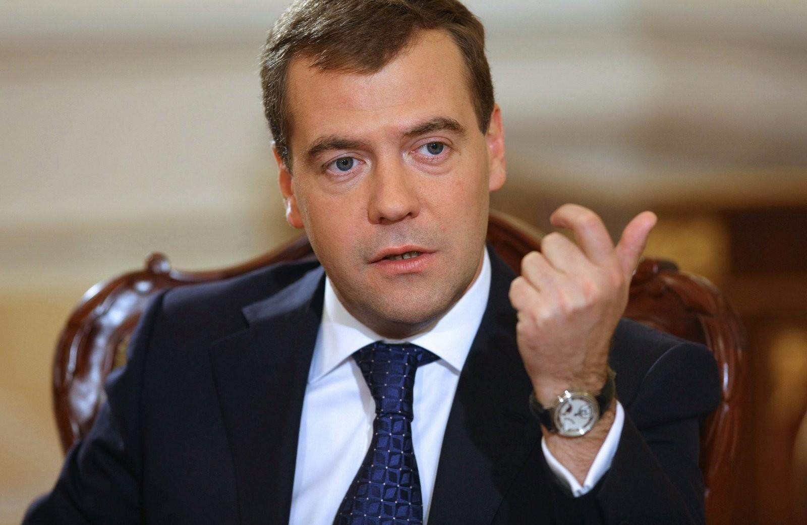Медведев уверил русский бизнес, что санкции неотменят