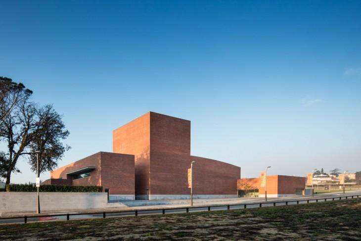 Renowned architect Alvaro Siza Vieira has completed a public auditorium in llinars del valles, a ca
