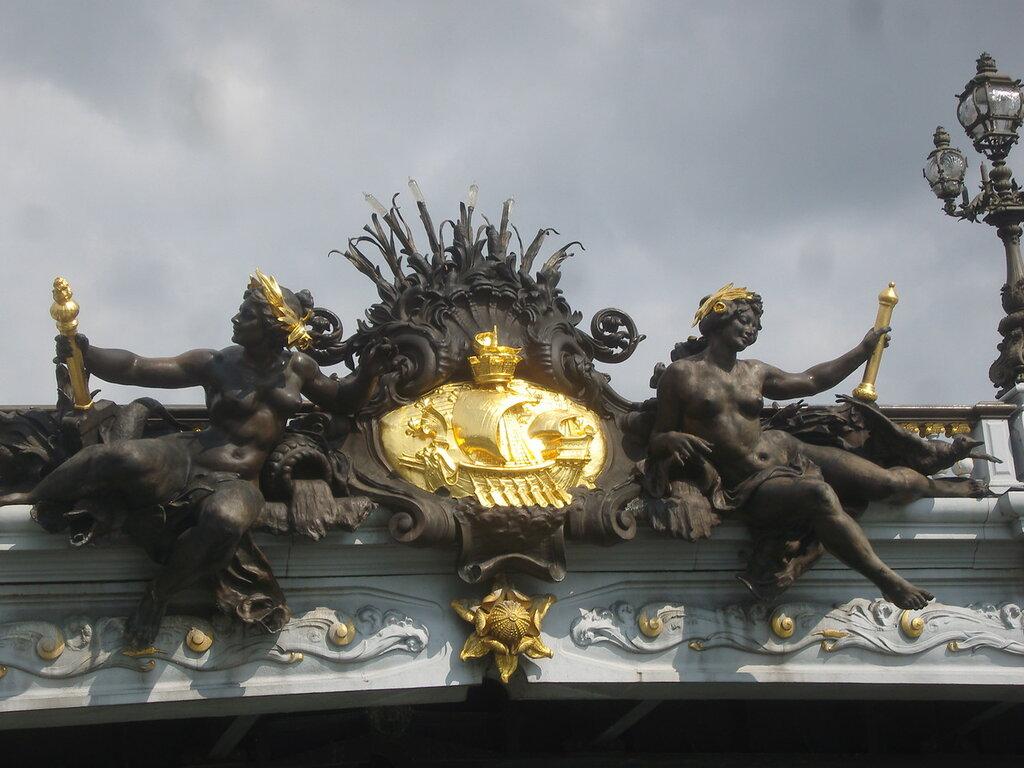 Paris_7e_et_8_e _-_ Pont_Alexandre_III _-_ armoiries_de_Paris.JPG