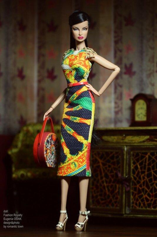 Яркое платье и круглая сумочка
