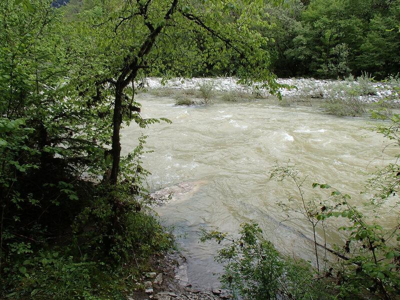 разлившаяся река, брод невозможен