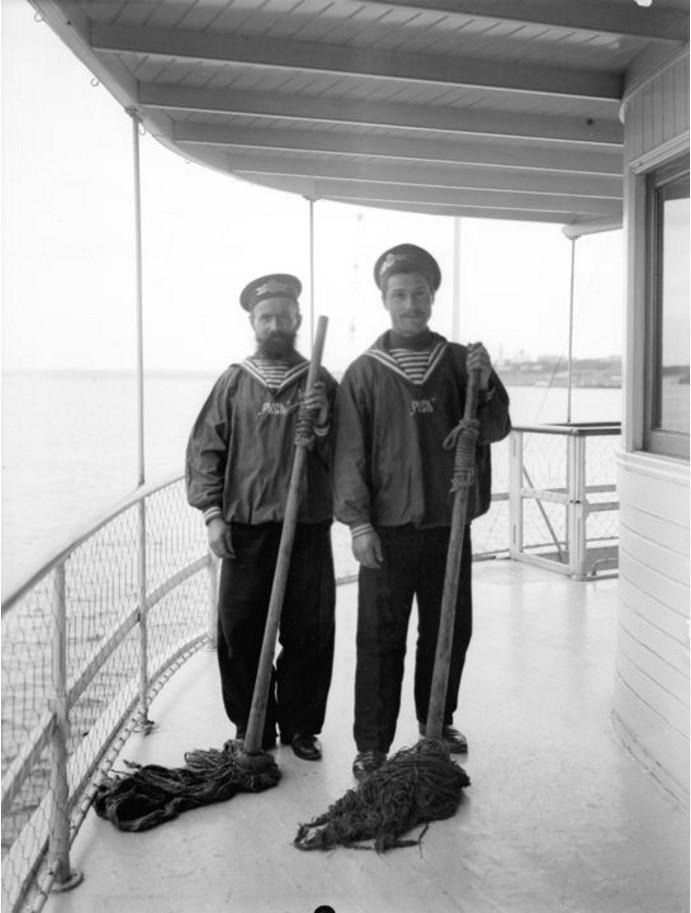 1908. Два матроса на палубе парохода «Ломоносов». Астрахань