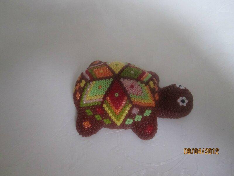 Черепаха сделана из глины.