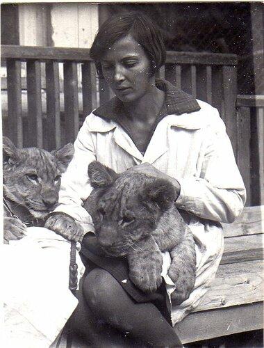 Вера Чаплина с львятами Пацаном и Манькой. Московский зоопарк, 1930