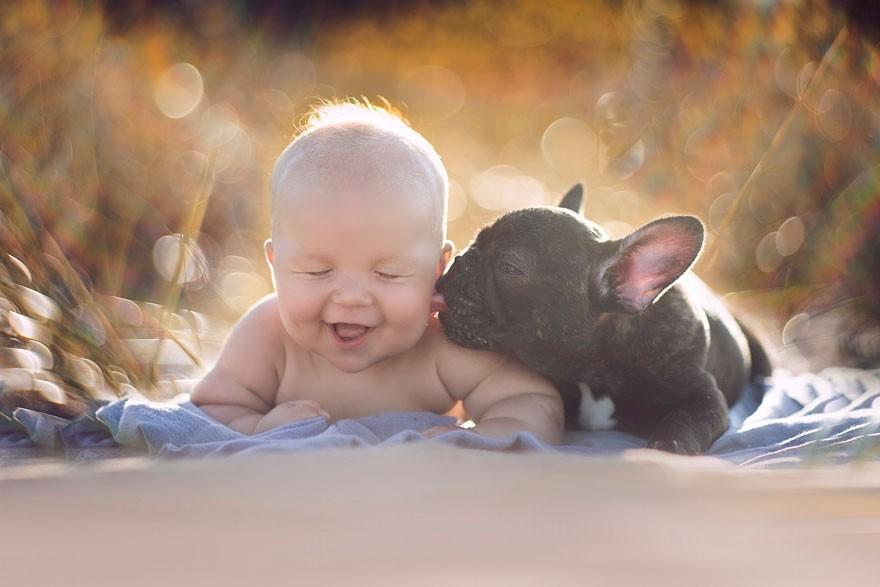 6. «Если Дилан плачет, щенок облизывает шею малыша так, что тот начинает громко смеяться».