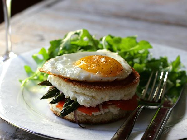 17. Копченый лосось, спаржа, козий сыр и жареное яйцо