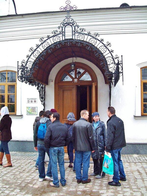 Вход в дальние пещеры через Аннозачатьевскую церковь