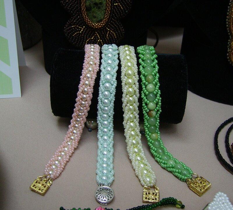 Буська. бижутерия. двойной плоский американский жгут.  Зеленый браслет- оникс. остальные- иммитация жемчуга. браслеты.
