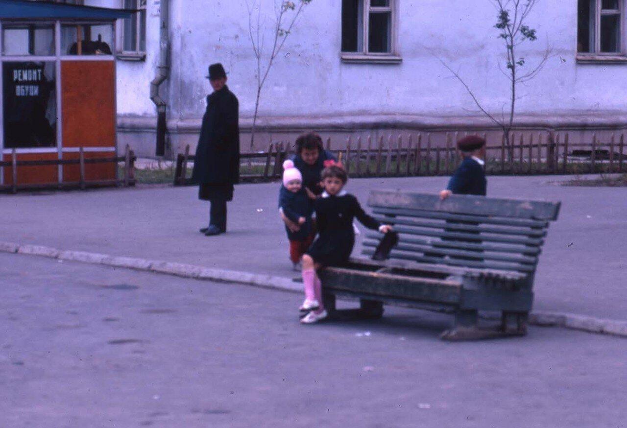 04. Братск.  Люди на автобусной остановке