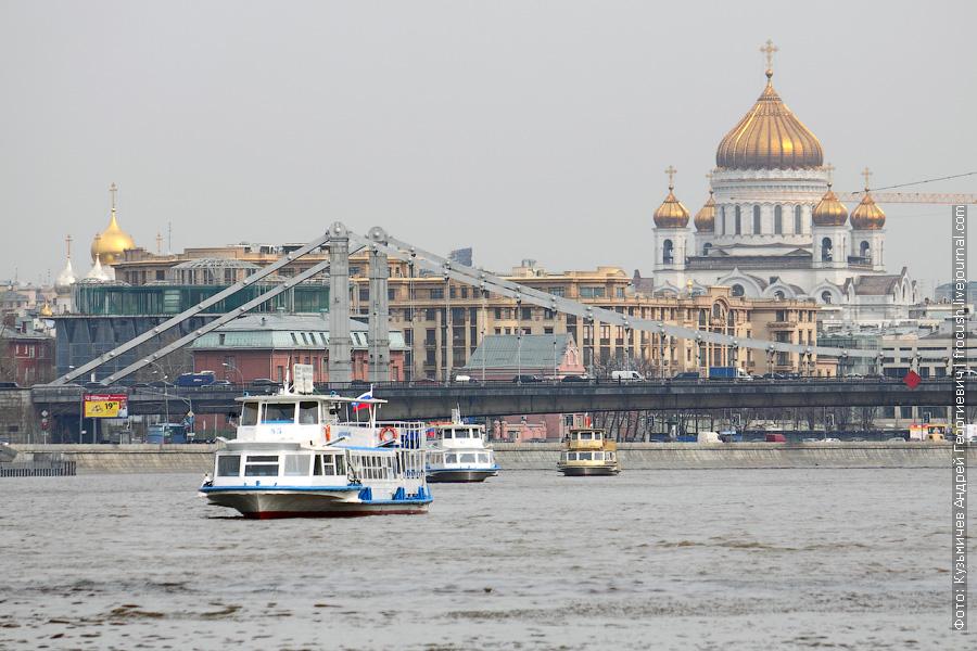 Теплоходы «Москва-85», «Москва-61» и «Москва-90» на фоне Крымского моста и Храма Христа Спасителя