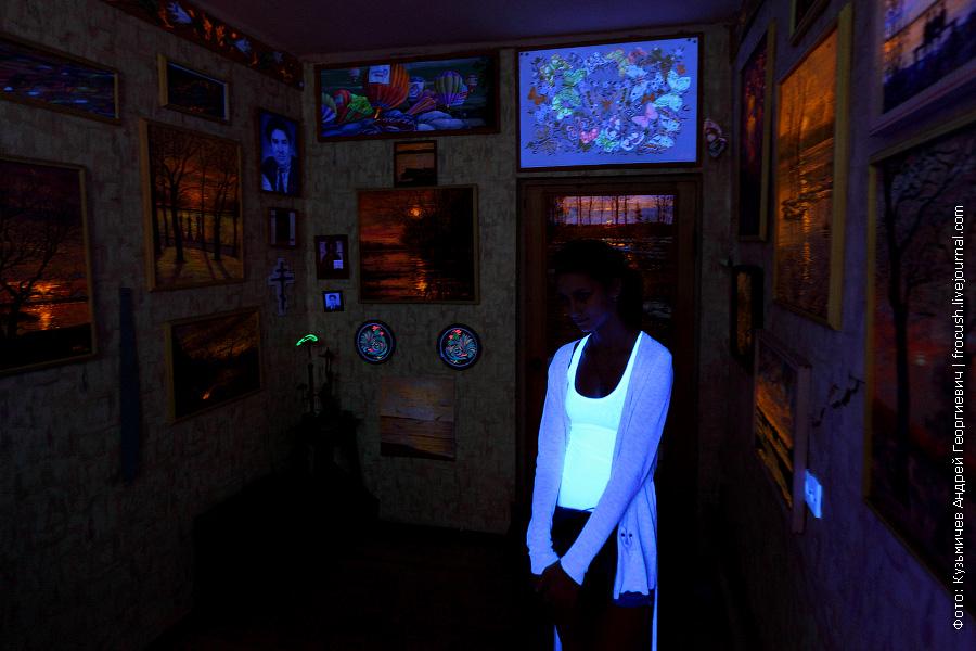 В одной из комнат галереи свет выключен и горят только ультрафиолетовые лампы