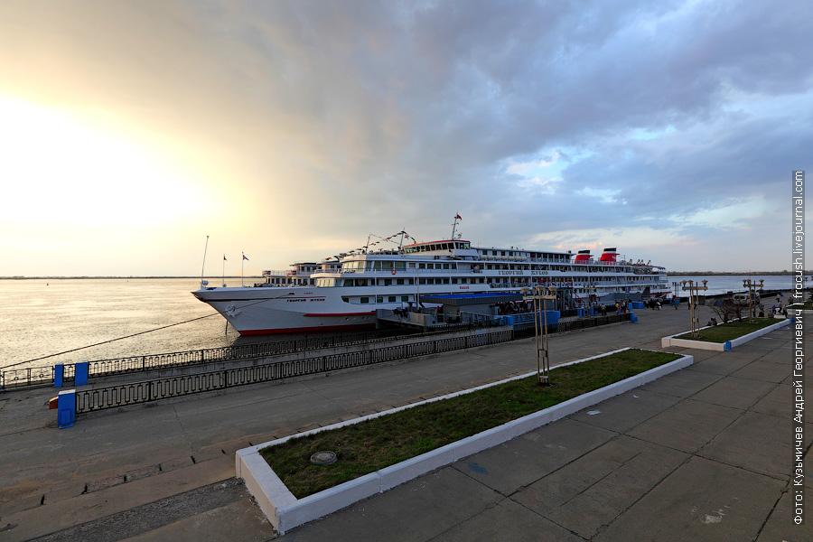 28 апреля 2012 года 19:37 Теплоход «Георгий Жуков» у причала Нижнего Новгорода