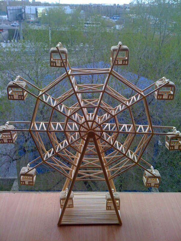Спички.  Колесо обозрения сделано из деревянных палочек для шашлыка.Легко вращается.  Моделирование, конструирование.