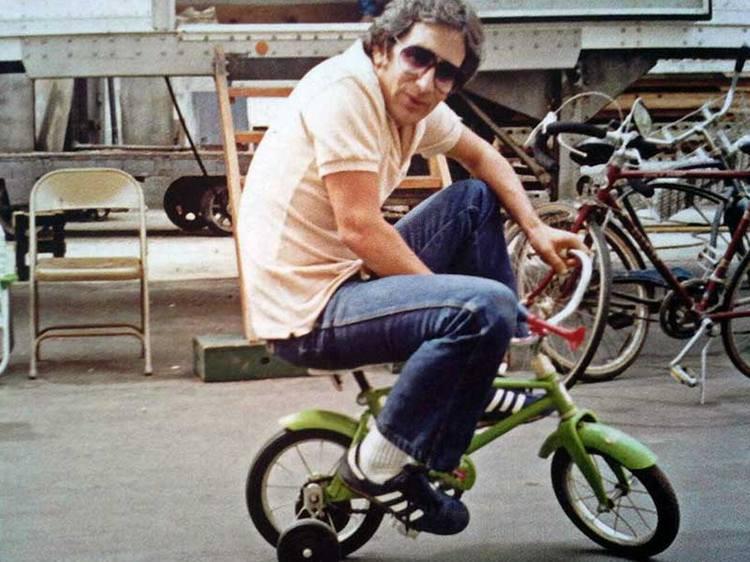 Стивен Спилберг катается на детском велосипеде по павильону MGM во время съемок фильма «Полтерг