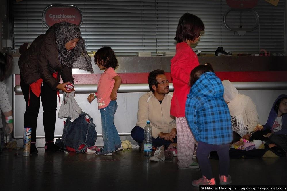 Мрачное враньё топового блогера о беженцах в Европе, выдаваемое за правду