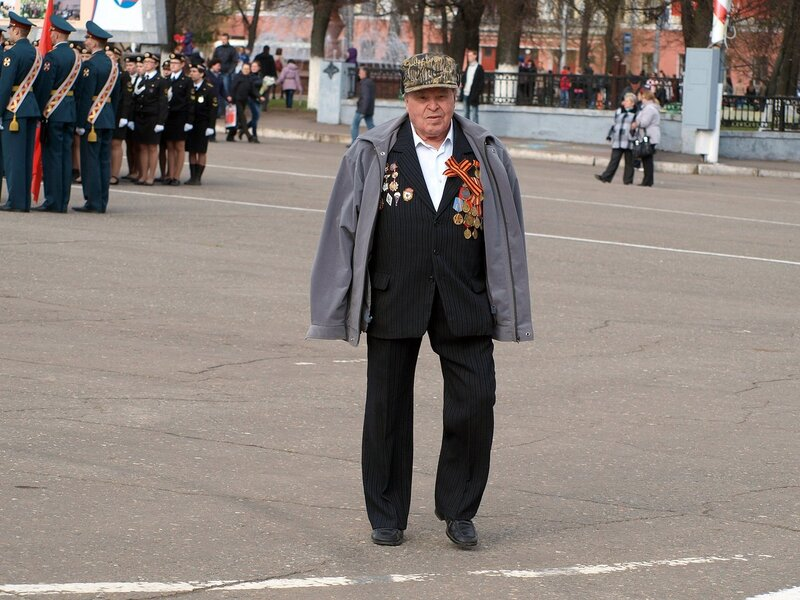 Парад на Театральной площади в Кирове: ветеран