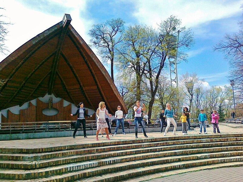 Танцевальный флешмоб в Мариинском парке