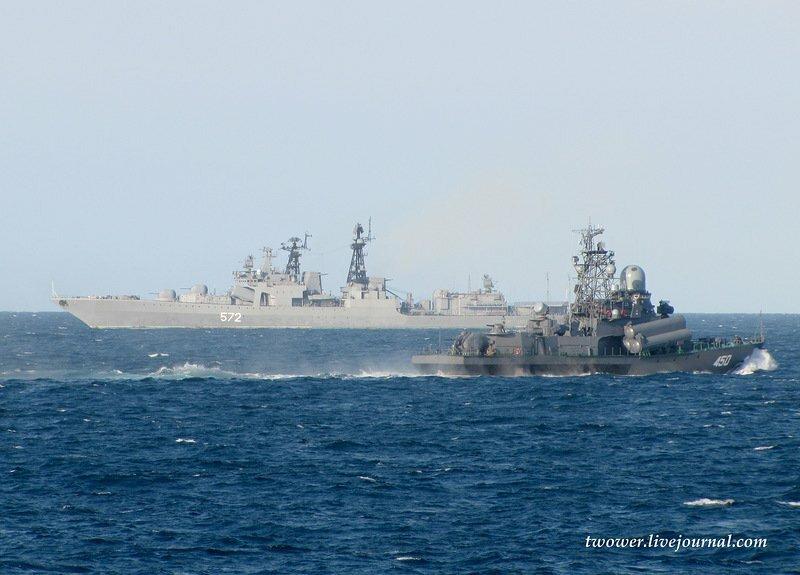 """Спереди МРК """"Разлив"""", на втором плане - большой противолодочный корабль пр.1155 """"Адмирал Виноградов"""""""