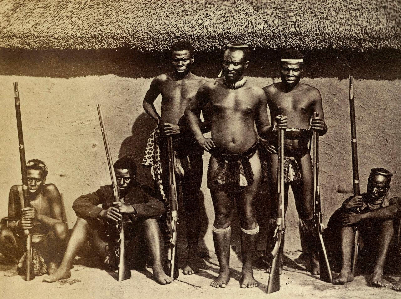 Дабуламанзи, единокровный брат правителя (инкоси) Кечвайо. В период Англо-зулусской войны командовал силами зулусов, в частности, в битве у Роркс-Дрифт. После смерти Кечвайо поддержал Динузулу как главного претендента на место инкоси зулусов
