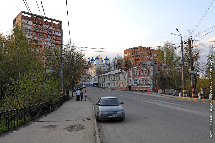 Почти на всех столбах в Нижнем Новгороде нарисованы красно-белые полоски