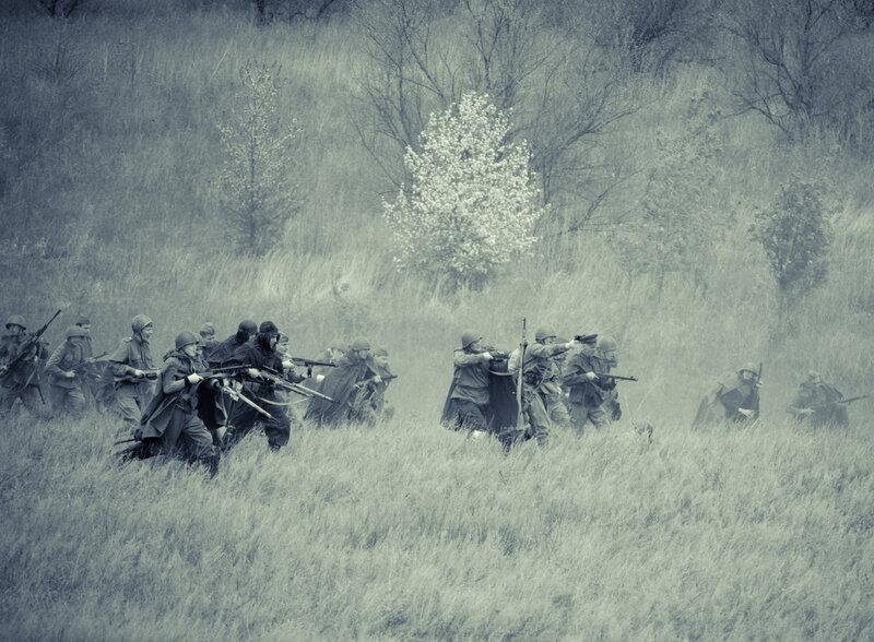 Бойцы красной армии атакуют фашистов. Реконструкция боя в Самаре