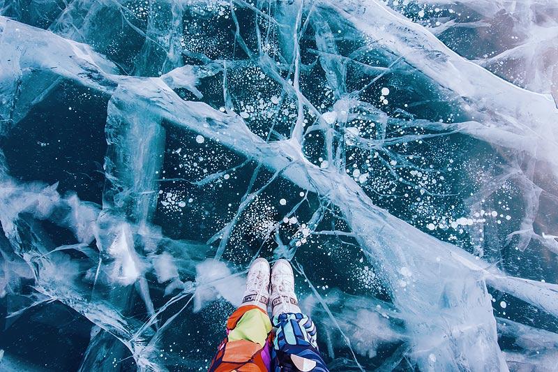 Лед в разных частях озера с разными узорами. Это происходит из-за того, что вода замерзает слоями. О