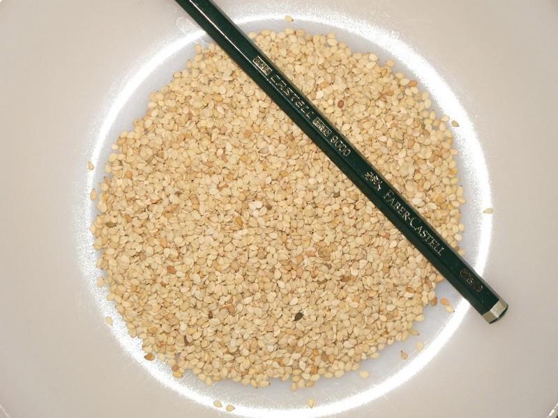 4. Включите в рацион кунжут Кунжут — это богатый источник кальция. Добавляйте его в овощные салаты и