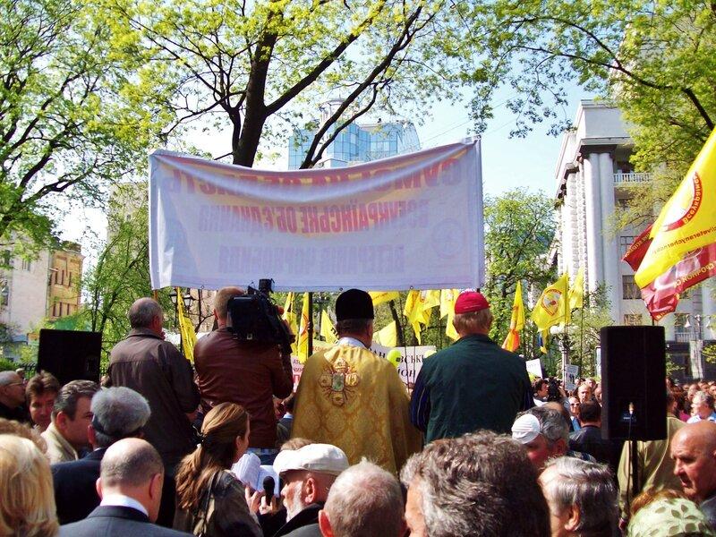 Священник на сцене митинга чернобыльцев