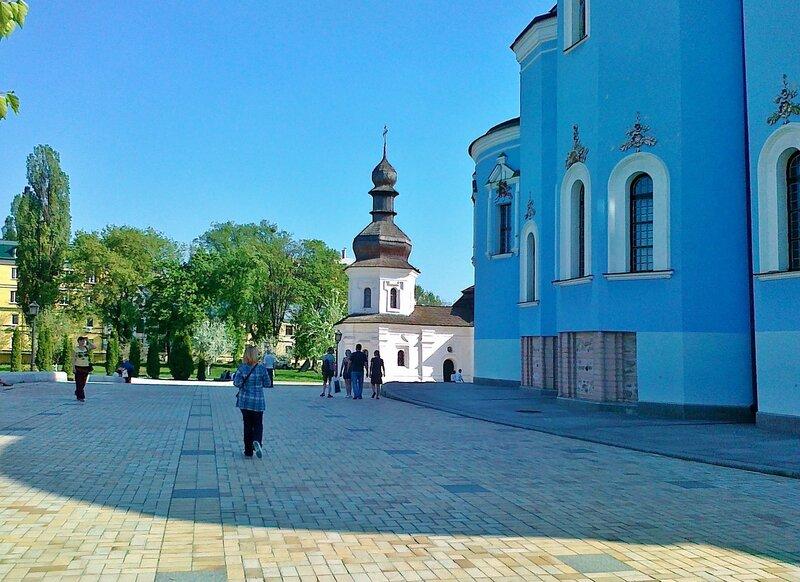 Территория Михайловского монастыря